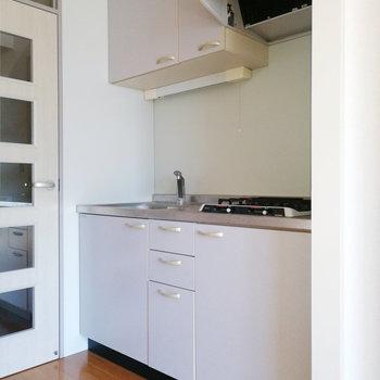 キッチンは清潔感のある白。