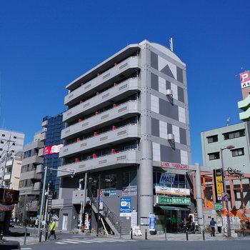 2階までは店舗が入った建物。外観からも日当たりの良さが伝わりますね。