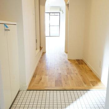玄関から居室までの廊下はびっしり無垢に可愛いアーチ開口◎※写真はイメージです