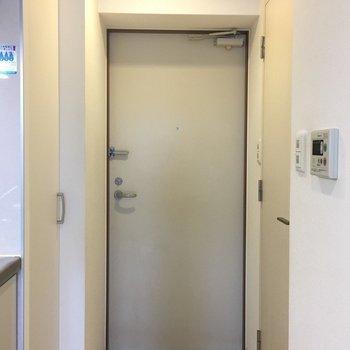 玄関は斜め〜こういうところがおしゃれさん。※写真は3階の同間取り別部屋のものです