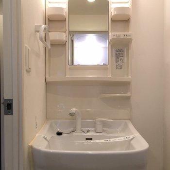 独立洗面台。このサイズが一番便利。※写真は3階の同間取り別部屋のものです