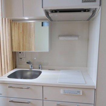 白の2口IHキッチン。鏡も付いています。※写真は前回募集時のものです