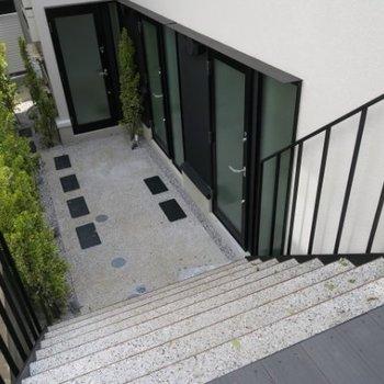 通りから階段を降りてお部屋へ※写真は前回募集時のものです