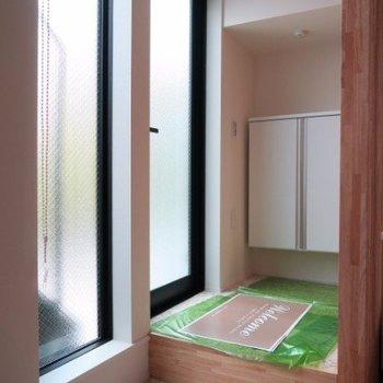 玄関はガラス張りと光も取り込めます※写真は前回募集時のものです