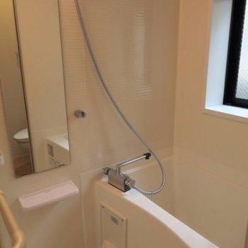 お風呂は窓があり、浴室乾燥付きです。※写真は前回募集時のものです