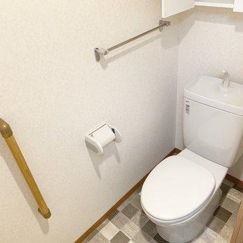 洗面所と同じ床模様。上部の棚がうれしいですね