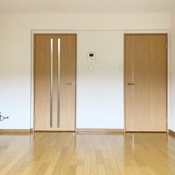 扉が2つ。左はキッチンへ、右は、、