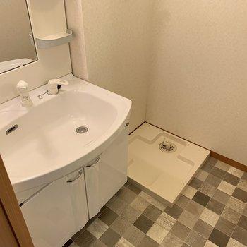 洗面所はこちら。脱衣スペースもしっかり確保できますね。洗濯パン横には洗濯カゴでも置きましょうか