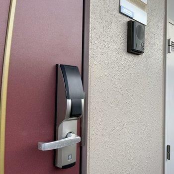 暗証番号式の錠です、ボタン1つで施錠できちゃいます