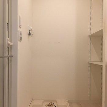 洗濯機はこちらに。隣の棚にはふわっふわのタオルを常備。※写真はクリーニング前のものとなります