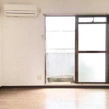 お隣の洋室へ。エアコン付きです◎