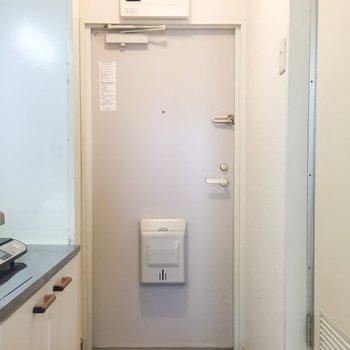 玄関も白です。シューズボックスがないんですね。