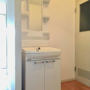 洗面台はふたりで使っても大丈夫な大きさだね。