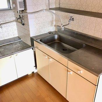 キッチンはL字型。キッチンの上にも窓があるので換気もできちゃいますね。(※写真は清掃前のものです)