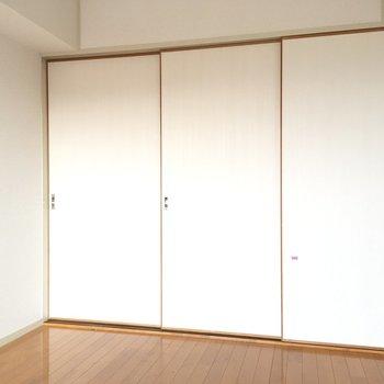 洋室とダイニングは引き戸で仕切ることができますよ。(※写真は清掃前のものです)