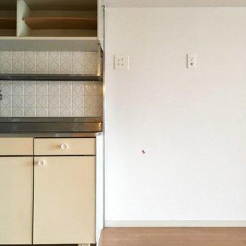 キッチン横が冷蔵庫置き場かな?大きなサイズも持ち込めますよ〜!(※写真は清掃前のものです)