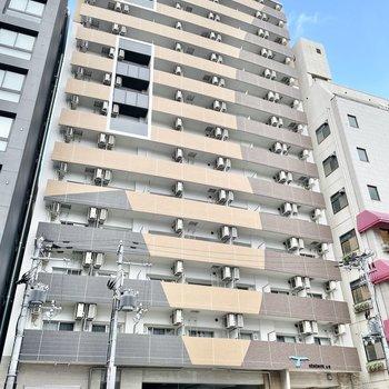 道路沿いに建つモダンカラーのマンション。