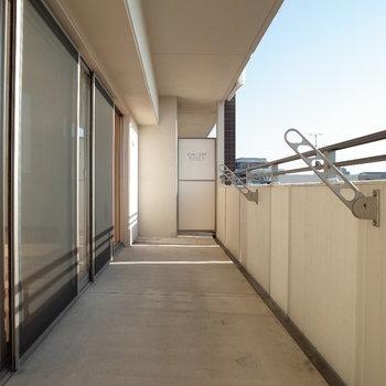 バルコニーも広いじゃないか・・。※写真は4階の反転間取り別部屋のものです。