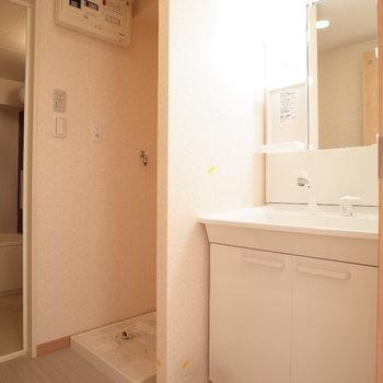 脱衣所はこんな感じ。室内洗濯機です♪※写真は4階の反転間取り別部屋のものです。