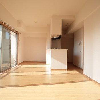 光がよく差し込みます♪※写真は4階の反転間取り別部屋のものです。
