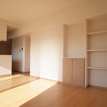 後ろの戸棚には魅せる収納にしちゃお!※写真は4階の反転間取り別部屋のものです。