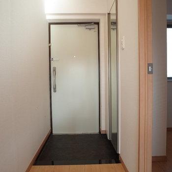 玄関もちょうどよい広さです♪お出かけ前の全身チェックはこちらで!※写真は4階の反転間取り別部屋のものです。