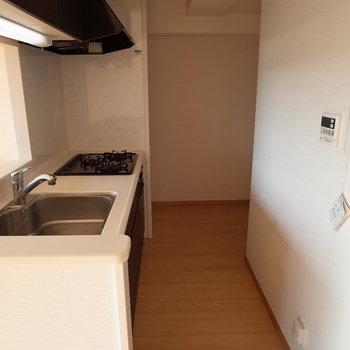 キッチンの奥には広いスペースがあってここに冷蔵庫とか棚とか置けるかな※写真は4階の反転間取り別部屋のものです。