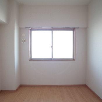 窓もちょこんとあります。※写真は4階の反転間取り別部屋のものです。