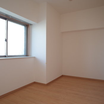 5帖の洋室。小窓と大きなクローゼットありです♪※写真は4階の反転間取り別部屋のものです。