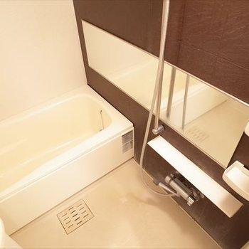 お風呂もシックでいいでしょ~。※写真は4階の反転間取り別部屋のものです。