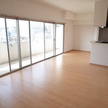 窓が沢山あって解放感ある空間。※写真は4階の反転間取り別部屋のものです。