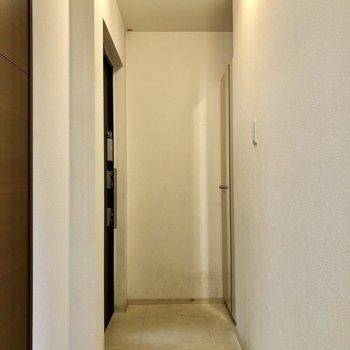 玄関には姿見も付いています。(※写真は2階の反転間取り別部屋のものです)
