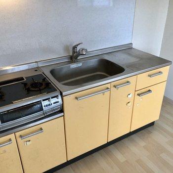 シンクも広めのキッチンは洗い物もしやすいです。(※写真は2階の反転間取り別部屋のものです)
