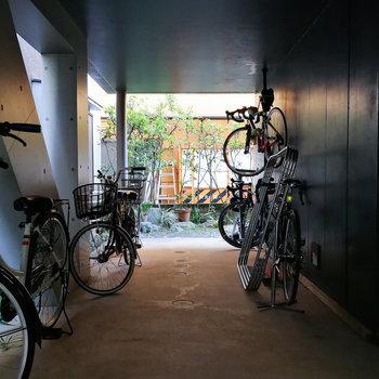 1階部分に自転車などを駐められます。