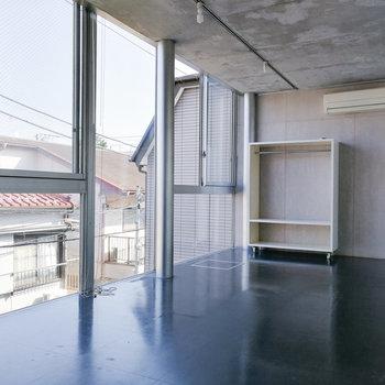 一面窓なので、たくさん光を取り込んでくれますよ。※写真は3階の同間取り別部屋のものです