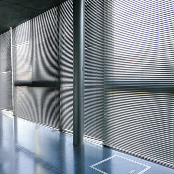 窓にはブラインドもついています。※写真は3階の同間取り別部屋のものです
