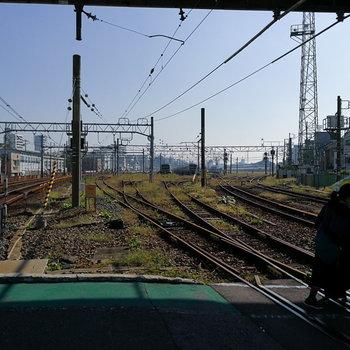 近くにはJR線の線路。