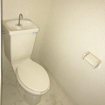 お向かいにはトイレ。※写真は通電前のものです。フラッシュ撮影をしています。※写真はクリーニング前のものです