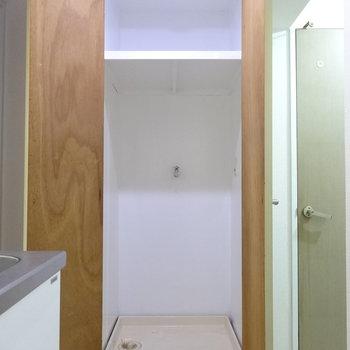キッチン横の廊下に洗濯機置場。扉で隠れるのが◎