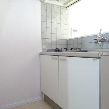 キッチン後ろの上にも収納スペースがあります。コンセントもあるけど、通路幅が狭いので冷蔵庫は洋室側に置くことになりそう!