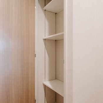 廊下の収納は、棚が可動式で、掃除機など背の高いものをしまう時便利ですね。※画像は反転間取りのモデルルームです