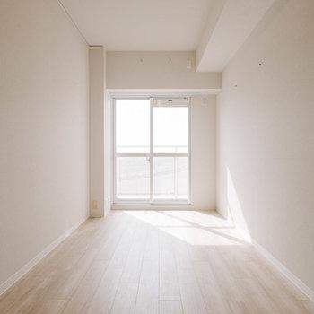 こちらは約6畳の洋室。日当たりいいですね。※画像は反転間取りのモデルルームです