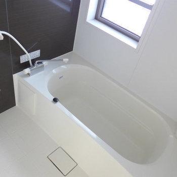 浴槽、広い!ゆったりと日々の疲れを癒やしてください!(※写真は3階の同間取り別部屋のものです)