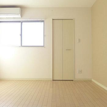 7.3帖なので大きなベッドもすっぽり。あの扉の先は…(※写真は3階の同間取り別部屋のものです)