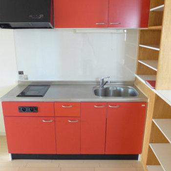 そして隠れていたキッチンは赤!りんごカラー♪(※写真は3階の同間取り別部屋のものです)