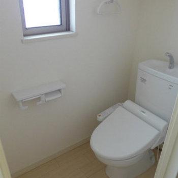 トイレにも窓があって明るい!ウォシュレット付き。(※写真は3階の同間取り別部屋のものです)