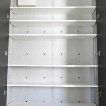 靴箱の容量はこんな感じ。身長とどくかな??※写真は同間取り別部屋のものです。