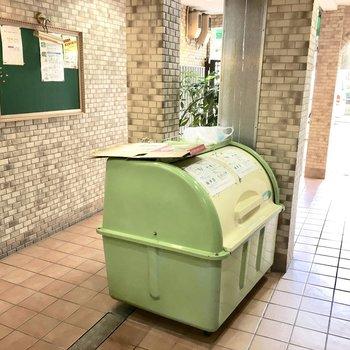 共用部】お隣のB棟・C棟のエントランスにゴミ捨て場があります。