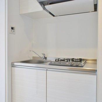 キッチンもピカピカ。※写真は203号室のもの