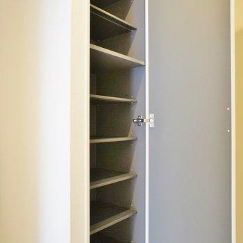 大容量シューズボックス。※写真は203号室のもの